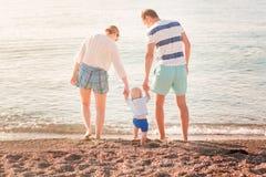 Счастливая семья с младенцем на пляже стоковое изображение rf