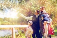 Счастливая семья с пешим туризмом рюкзаков стоковое фото rf