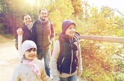 Счастливая семья с пешим туризмом рюкзаков Стоковые Изображения RF