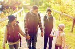 Счастливая семья с пешим туризмом рюкзаков Стоковое Изображение RF