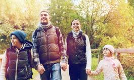 Счастливая семья с пешим туризмом рюкзаков стоковая фотография rf