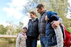 Счастливая семья с пешим туризмом рюкзаков стоковое фото