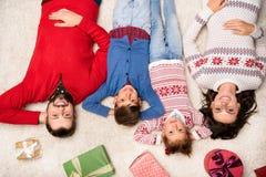 Счастливая семья с подарками на рождество Стоковое Фото