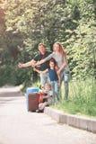 Счастливая семья с чемоданом путешествуя путешествовать Стоковая Фотография