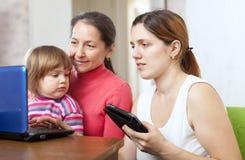 Счастливая семья с электронными устройствами Стоковая Фотография