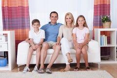Счастливая семья с 2 дет Стоковое Изображение