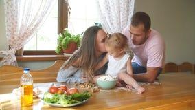 Счастливая семья тратит время в кухне семья принципиальной схемы счастливая акции видеоматериалы