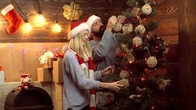 Счастливая семья украшает рождественскую елку С Рождеством Христовым и с новым годом вал подарков на рождество вниз Пара видеоматериал
