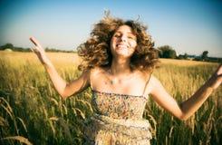 счастливая скача женщина Стоковые Изображения