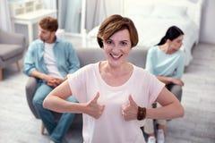 Счастливая славная женщина показывая ОДОБРЕННЫЕ знаки Стоковая Фотография RF