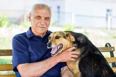 Счастливая собака отжатая против его мастера Выставки собак его влюбленность для предпринимателя пока отдыхающ в парке стоковые фотографии rf