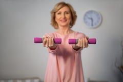 Счастливая старшая женщина делая тренировку фитнеса с гантелями Стоковые Фотографии RF