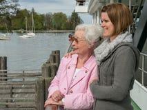 Счастливая старшая женщина с молодой дочерью стоковое фото