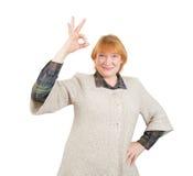 Счастливая старшая женщина с О'КЕЙ стоковое изображение rf