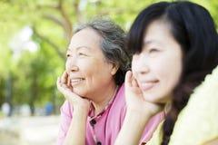 Счастливая старшая мать с дочерью Стоковая Фотография