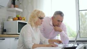 Счастливая старшая пара с телефонным pc карты распознавания сток-видео