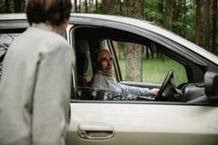 Счастливая старшая семья внутри нового автомобиля стоковое фото rf