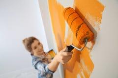Счастливая стена картины женщины внутри помещения Домашний ремонт стоковое фото rf