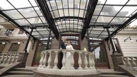 Счастливая стойка пар свадьбы на красивом балконе дворцом акции видеоматериалы