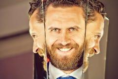 Счастливая сторона бородатых человека или бизнесмена битника отражая в зеркале стоковые изображения