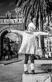 Счастливая ультрамодная девушка в ликование Барселоне, Испании стоковое фото