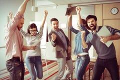 Счастливая услаженная команда показывая их эмоции Стоковая Фотография RF