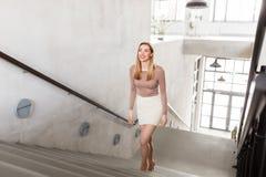 Счастливая усмехаясь женщина идя вверх Стоковое Фото