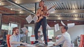 Счастливая успешная start-up команда дела имеет танцы потехи в печатных документах и праздновать современного офиса бросая акции видеоматериалы