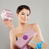 Счастливая фотомодель женщины с яркой подарочной коробкой Стоковая Фотография RF