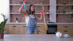 Счастливая чистка кухни, портрет домохозяйки молодой женщины в прозод акции видеоматериалы