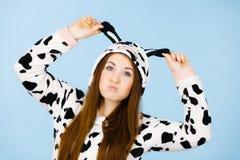 Счастливая шальная женщина в костюме коровы Стоковые Фото