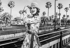 Счастливая элегантная женщина в Барселоне, Испании имея время потехи стоковые фото