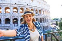 Счастливая элегантная женщина путешественника в Риме, Италии принимая selfie стоковые изображения rf