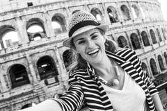 Счастливая элегантная женщина путешественника в Риме, Италии принимая selfie стоковое изображение