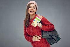 Счастливая эмоциональная женщина нося красный свитер держа билет и шаг стоковые фотографии rf