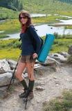 Счастливая hiking девушка Стоковые Фотографии RF