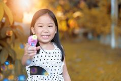 Счастливое азиатское мыло пузыря игры девушки дома Стоковые Фото