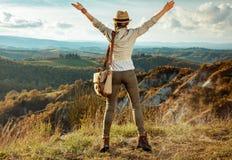 Счастливое активное сольное ликование женщины путешественника стоковое фото