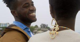 Счастливое Афро-американское положение совместно o пар пляж 4k видеоматериал