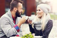 Счастливое взрослое датировка пар в кафе стоковые изображения rf