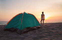Счастливое время для располагаться лагерем на пляже, небо захода солнца Стоковые Изображения