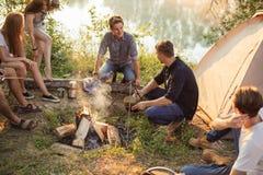 Счастливое время с друзьями Располагаясь лагерем концепция стоковое фото rf