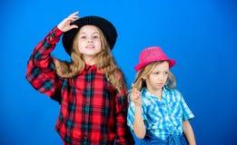 Счастливое детство Концепция моды детей Заканчивайте связь наш стиль моды Тенденция моды Дети девушек носят модные шляпы стоковые фотографии rf