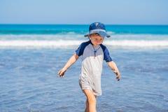 Счастливое заплывание мальчика на тропическом пляже стоковая фотография rf