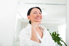 Счастливое зрелое женское имеющ остатки в салоне красоты Стоковое Фото