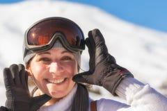 Счастливое катание на лыжах женщины на горе Zireia в Греции Стоковое Изображение RF