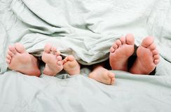 счастливое кровати familiy Стоковая Фотография