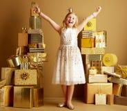 Счастливое ликование маленького ребенка стоковые фотографии rf