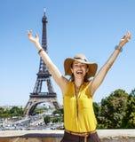 Счастливое ликование молодой женщины против Эйфелевой башни в Париже стоковые фото
