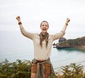 Счастливое ликование hiker женщины перед ландшафтом вида на океан стоковое фото